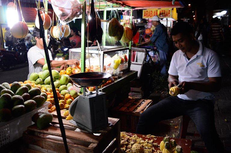 fruit-buah-mangga--jeruk-kupas-food-vendor-kaki-lima