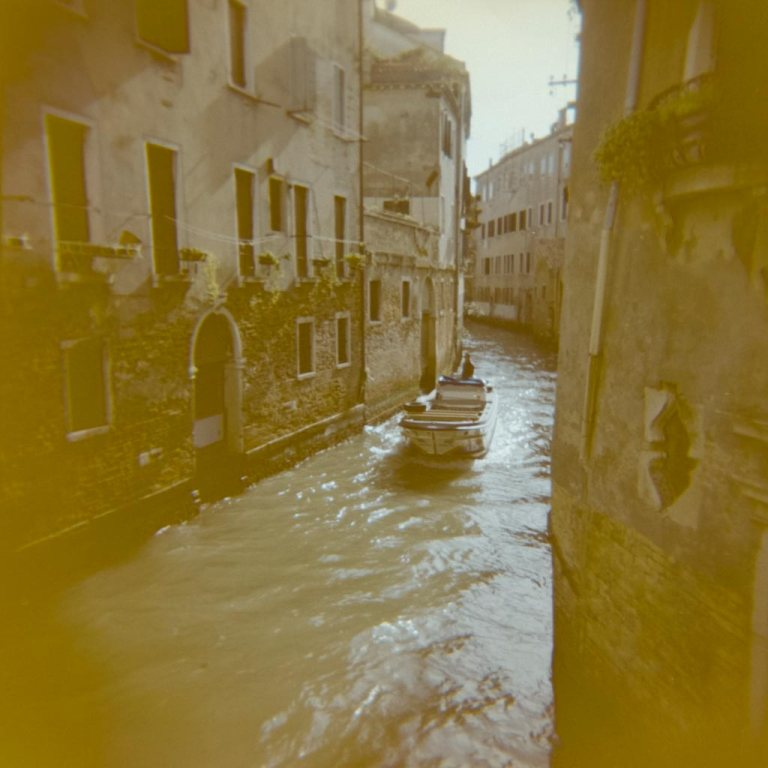 gondola-boat-water-way-venice-venesia-venezia-holga-120mm-kodak-ektacolor-dslr-scan--lightroom-photography-travel-must-see-best-traveling-lomography-lomography-9315