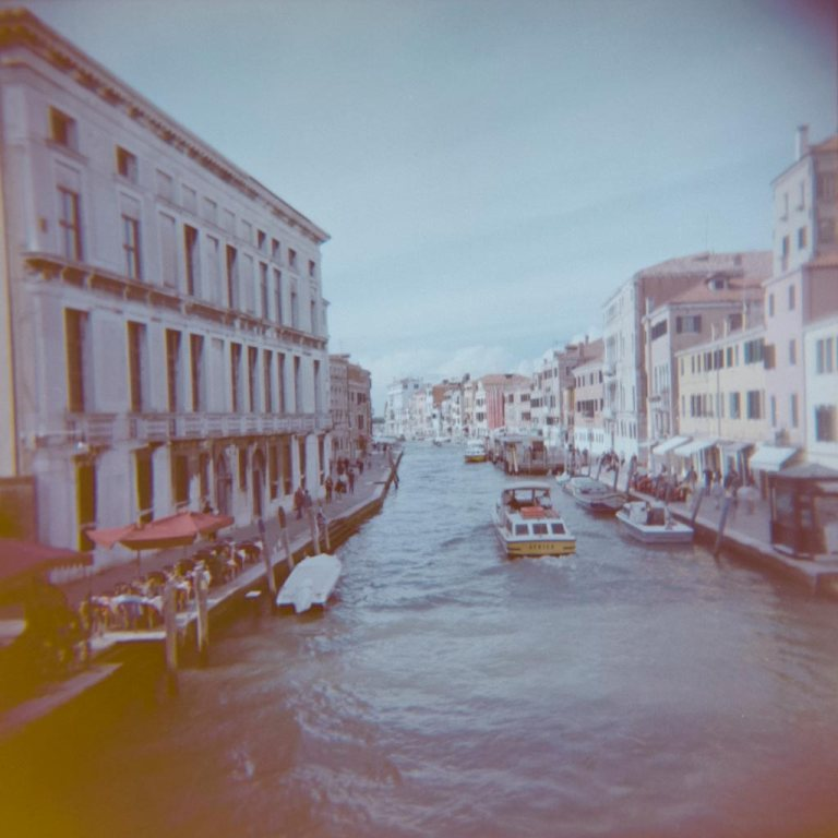gondola-boat-water-way-venice-venesia-venezia-holga-120mm-kodak-ektacolor-dslr-scan--lightroom-photography-travel-must-see-best-traveling-lomography-lomography-9316