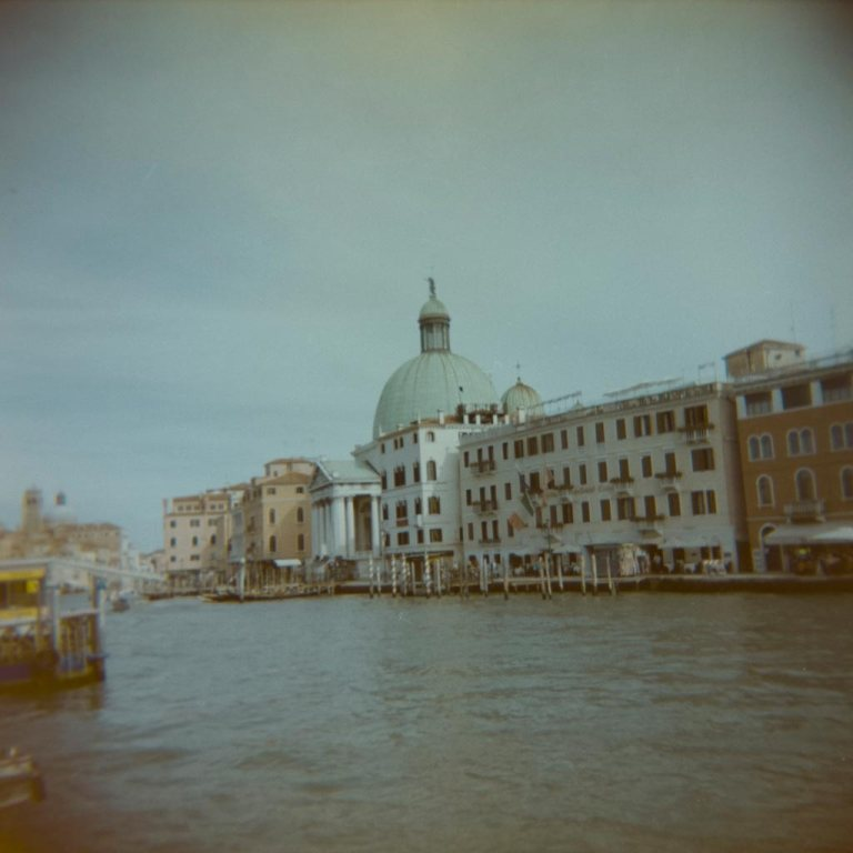gondola-boat-water-way-venice-venesia-venezia-holga-120mm-kodak-ektacolor-dslr-scan--lightroom-photography-travel-must-see-best-traveling-lomography-lomography-9317
