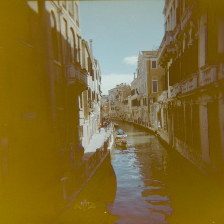 gondola-boat-water-way-venice-venesia-venezia-holga-120mm-kodak-ektacolor-dslr-scan--lightroom-photography-travel-must-see-best-traveling-lomography-lomography-9319